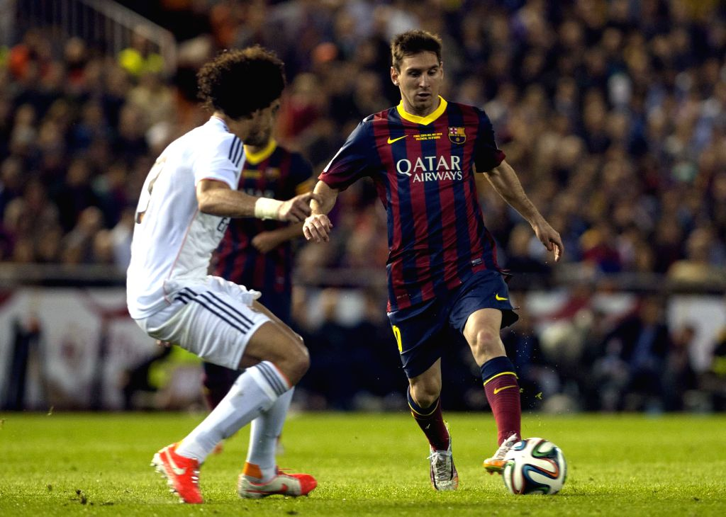 Lionel Messi (R) of Barcelona breaks through during the Spanish King's Cup final between FC Barcelona and Real Madrid at the Mestalla stadium in Valencia, Spain ..