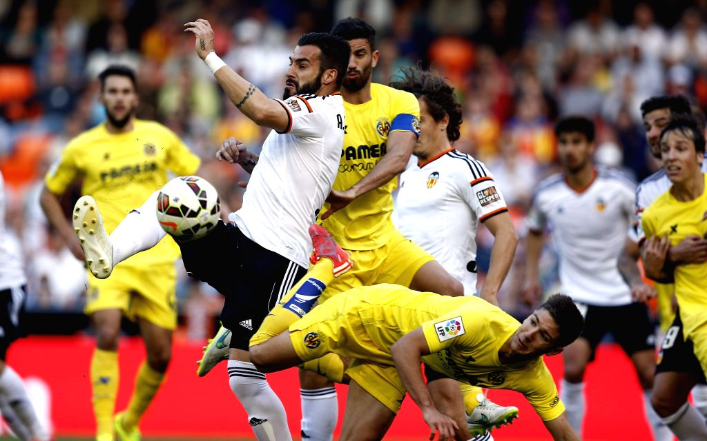 CORRECTION Valencia CF's Argentinian striker Alvaro Negredo (L) tries to score before Villarreal's midfielder Tomas Pina (R) during the Spanish Liga Primera Division soccer match played at ...