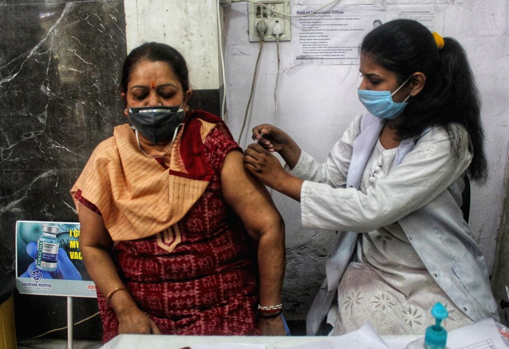 Vax Phase-III: Beneficiaries turn out in large numbers to get jab. Photo:Wasim Sarvar/IANS)