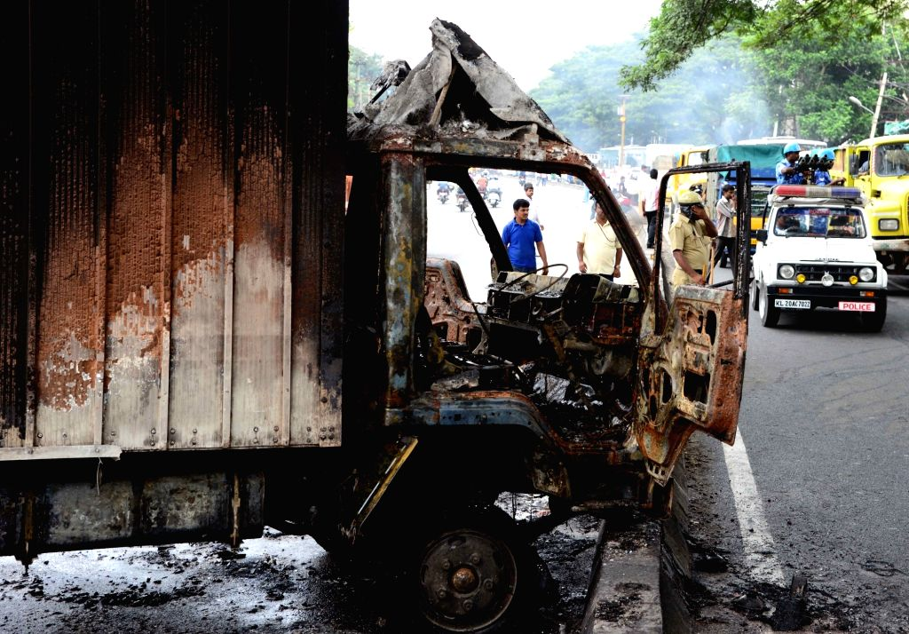Vehicles with Tamil Nadu registration numbers being torched by protesters on Bengaluru-Mysuru road on Sept 12, 2016.