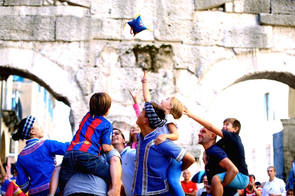 VERONA (ITALY), Sept. 18, 2016 Chinese performers play chaff bag throwing with children during Tocati in Verona of Italy, on Sept. 17, 2016. Artists from different places of China brought ...