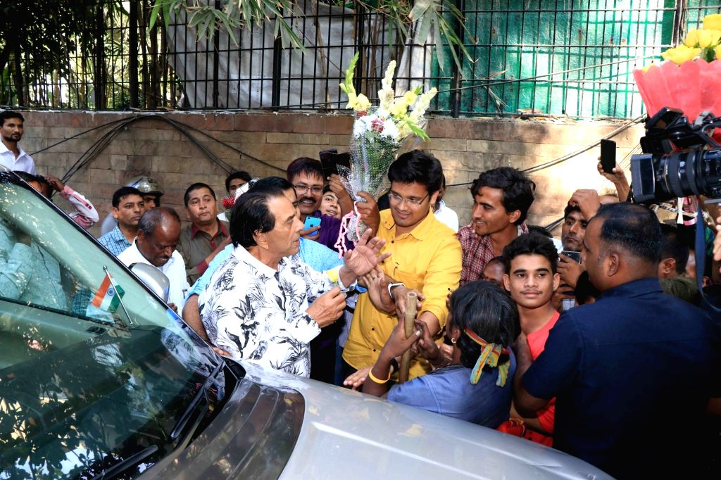Veteran actor Dharmendra celebrates his 83rd birthday with his fans outside his house in Mumbai on Dec 8, 2018. - Dharmendra