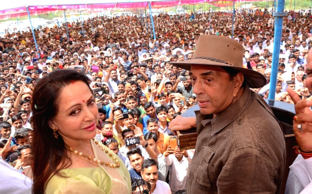 Veteran actor Dharmendra during a campaign on behalf of his wife, actress and BJP's MP Hema Malini in Mathura, on April 14, 2019. - Dharmendra and Hema Malini