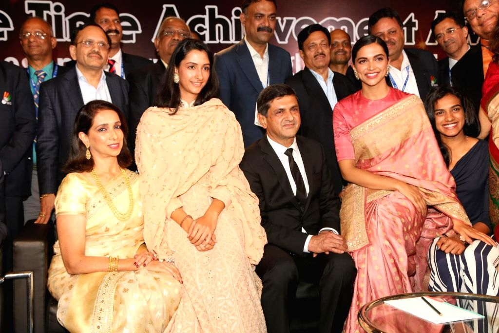 Veteran badminton player Prakash Padukone with his family including actress Deepika Padukone and shuttler PV Sindhu pose for a photograph after receiving the Lifetime Achievement Award ... - Deepika Padukone, M. Venkaiah Naidu and Prakash Padukone