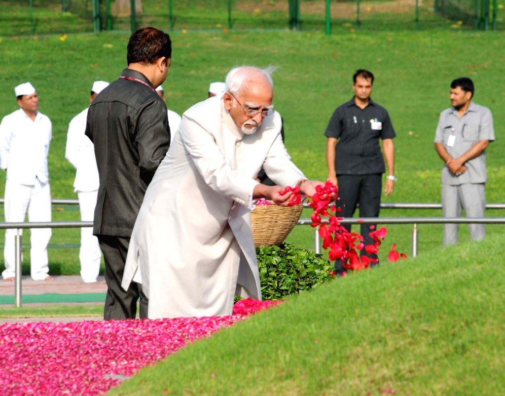 Vice President M. Hamid Ansari paying floral tributes at the Samadhi of the former Prime Minister, Pandit Jawaharlal Nehru on his 53rd death anniversary, at Shanti Van, in Delhi on May 27, ...