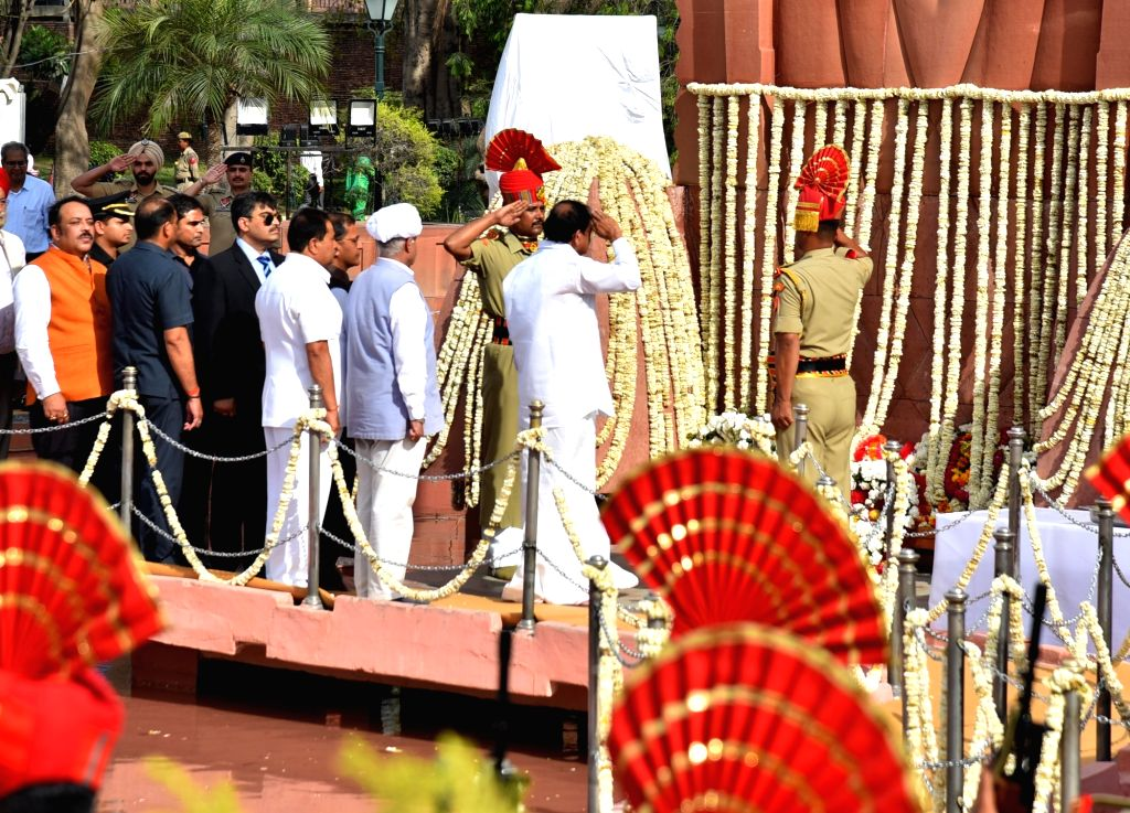 Vice President M. Venkaiah Naidu and BJP MP Shwet Malik pays tributes to the martyrs of 1919 Jallianwala Bagh massacre on the 100th anniversary of the massacre, in Amritsar on April 13, ... - M. Venkaiah Naidu and Malik