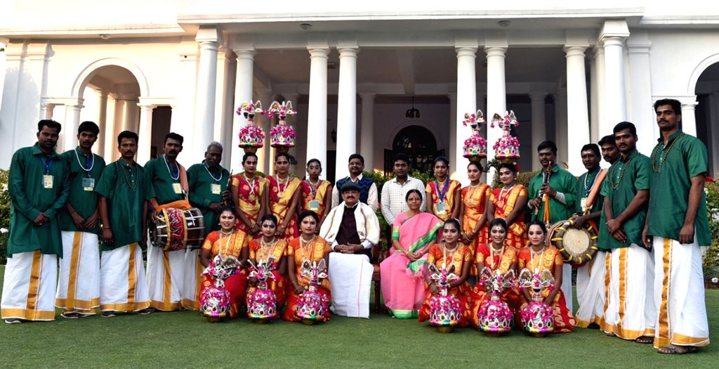 Vice President M. Venkaiah Naidu and his wife Usha Naidu with the tableaux artists from Tamil Nadu, who participated in the 2019 Republic Day Parade in New Delhi, on Jan 28, 2019. - M. Venkaiah Naidu and Usha Naidu