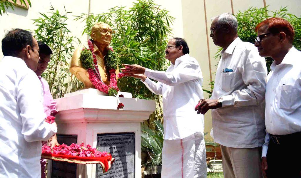 Vice President M. Venkaiah Naidu pays floral tributes to the founder of Telangana Saraswatha Parishath, Dr. Devulapalli Ramanujarao at the 75th year celebrations, in Hyderabad on May 26, ... - Mohammad Mahmood Ali and M. Venkaiah Naidu