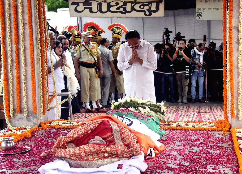 Vice President M. Venkaiah Naidu pays his last respects to the former Union Minister Sushma Swaraj at the funeral ceremony, in New Delhi on Aug 7, 2019. - Sushma Swaraj and M. Venkaiah Naidu