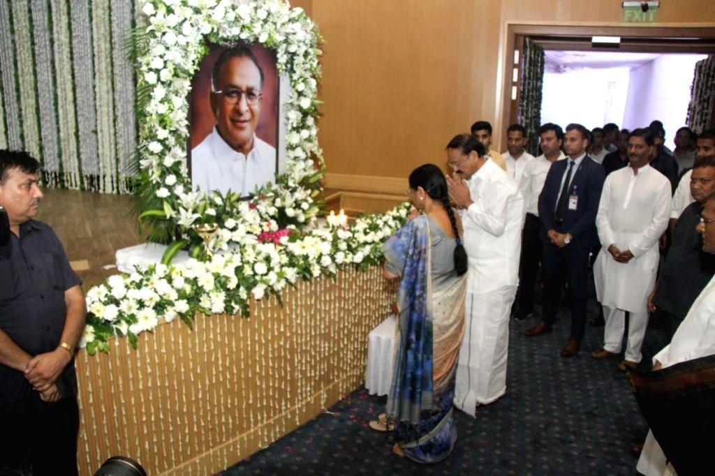 Vice President M Venkaiah Naidu pays tributes to former Union Minister S. Jaipal Reddy during a condolence prayer meet at Ambedkar International Centre in New Delhi on Sep 3, 2019. - S. Jaipal Reddy and M Venkaiah Naidu