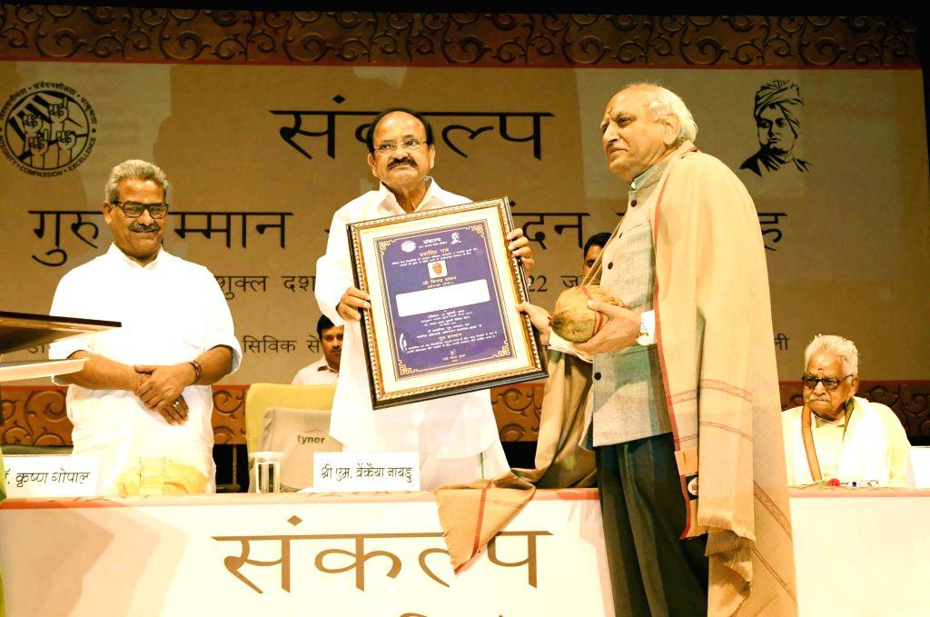 Vice President M. Venkaiah Naidu presents Guru Samman to former IAS officer Vinay Shankar at Guru Samman - Abhinandan Samaroh organised by Samkalp - a project by Jan Kalyan Shiksha Samiti, ... - M. Venkaiah Naidu