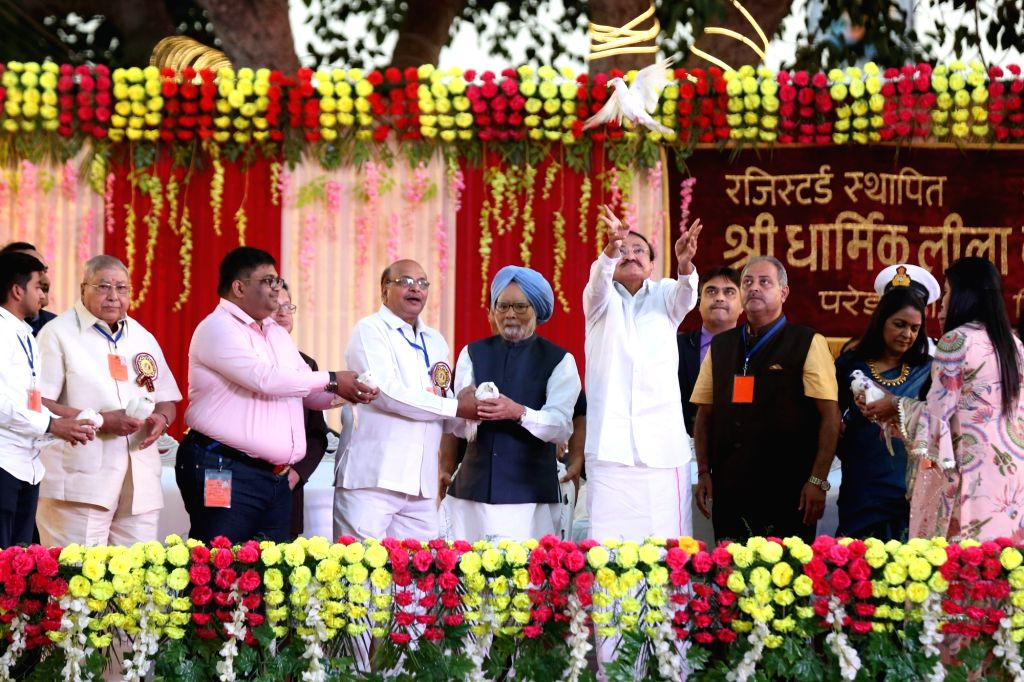 Vice President M Venkaiah Naidu with former Prime Minister Dr. Manmohan Singh and others during Dussehra celebrations at Shri Dharmik Leela Committee at Red Fort Ground in New Delhi on Oct ... - M Venkaiah Naidu and Manmohan Singh