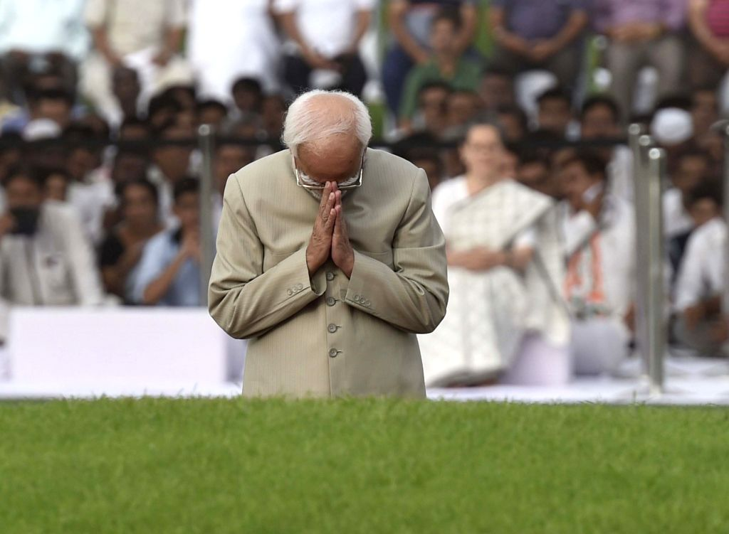Vice-President Mohammad Hamid Ansari pays tribute to Jawaharlal Nehru on his death anniversary in New Delhi, on May 27, 2016.