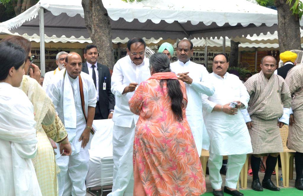 Vice President Venkaiah Naidu meets former Finance Minister Arun Jaitley's wife Sangeeta Jaitley at Nigambodh Ghat in New Delhi on Aug 25, 2019. - Arun Jaitley, Venkaiah Naidu and Sangeeta Jaitley