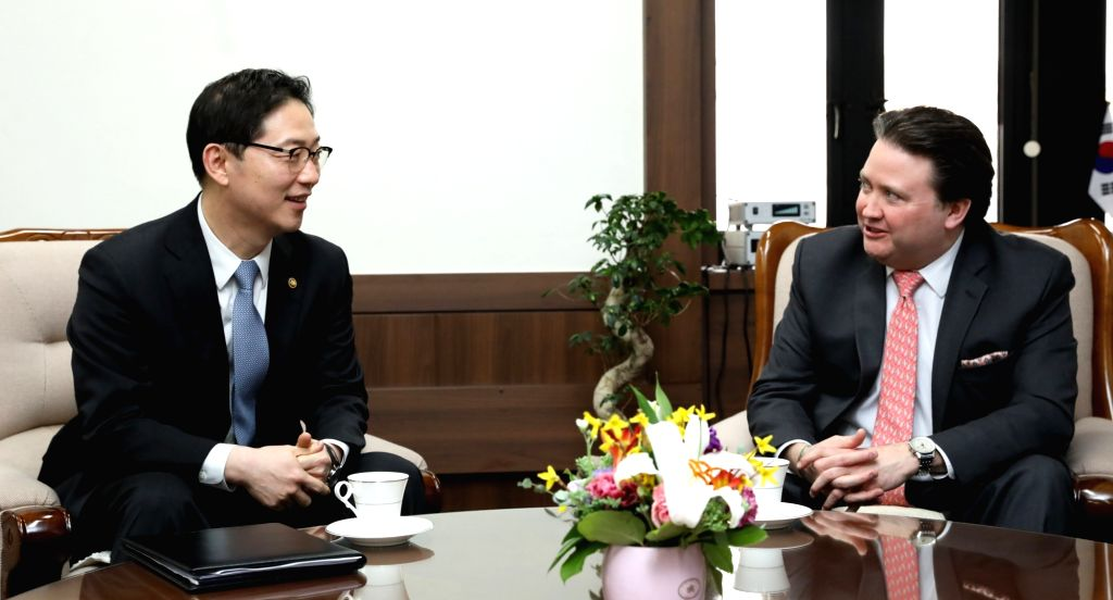 Vice Unification Minister Chun Hae-sung (L) meets with Marc Knapper, acting U.S. ambassador to South Korea, in Seoul on Feb. 14, 2018, in this photo from the unification ministry. The talks ... - Chun Hae