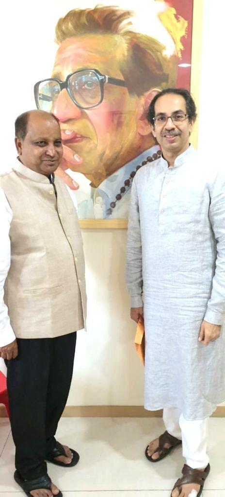 Vidarbha Jan Andolan Samiti (VJAS) President and a prominent farmer activist Kishore Tiwari joins Shiv Sena in the presence of party chief Uddhav Thackeray, in Mumbai on Sep 20, 2019.