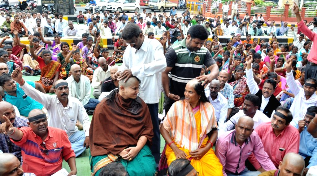 Vidhrhra Prahar Kamgar Sanghatana (VPKS) workers shave their heads to protest against BJP Government in Nagpur on Aug 13, 2016.