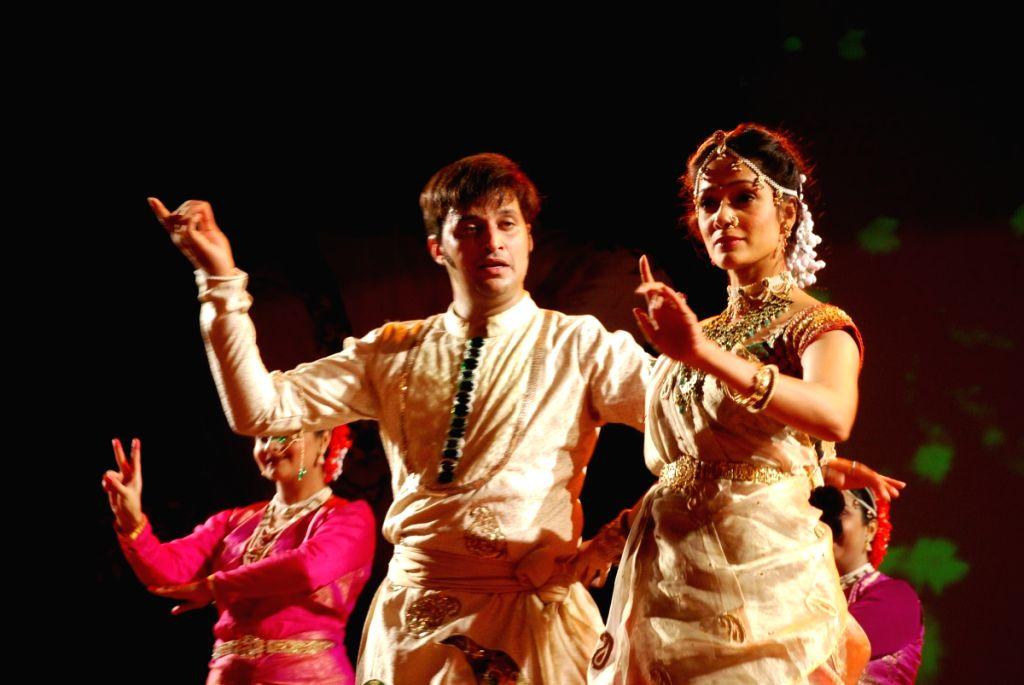 Vidya Malvade at Kathak concert to pay tribute to Kathak dancer Shurushri Madhurita Sarang at Ravindra Natya Mandir.