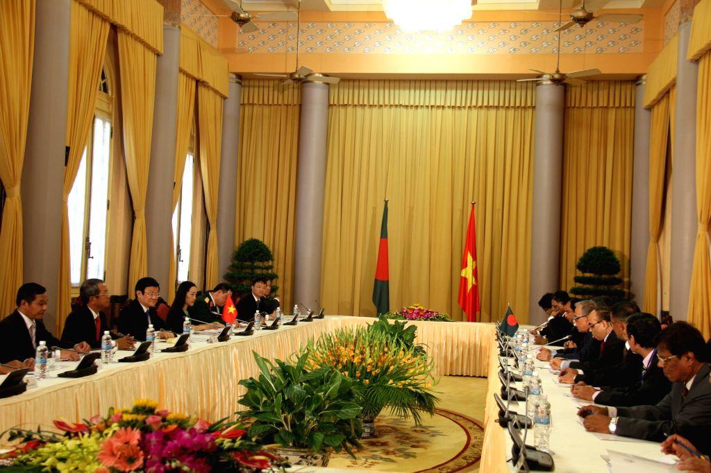 Vietnamese President Truong Tan Sang (3rd L) talks with Bangladeshi President Abdul Hamid (5th R) in Hanoi, capital of Vietnam, Aug. 10, 2015. Bangladeshi President ...