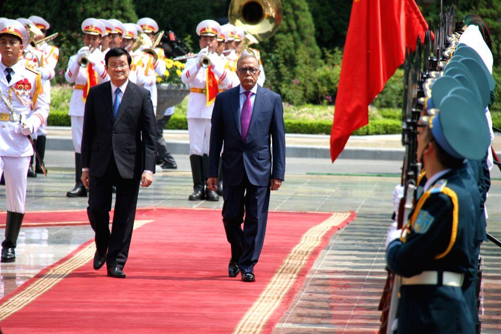 Vietnamese President Truong Tan Sang (L) and Bangladeshi President Abdul Hamid review guards of honor in Hanoi, capital of Vietnam, Aug. 10, 2015. Bangladeshi ...