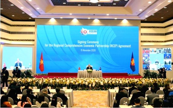 Vietnamese Prime Minister Nguyen Xuan Phuc addresses the signing ceremony of the Regional Comprehensive Economic Partnership (RCEP) during the 37th ASEAN Summit and related summits via video ... - Nguyen Xuan Phuc
