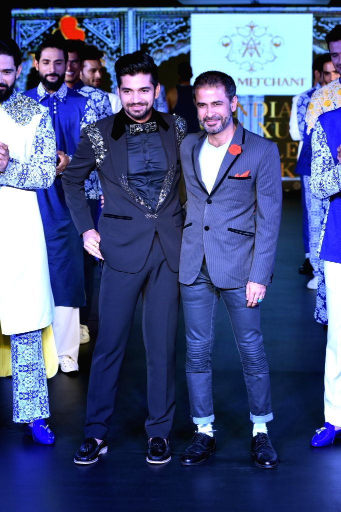 Vijay Singh with designer Aasif Merchant during the lndia`s first Men`s Fashion Week - ILSW, in Bengaluru on 16 Aug 2015. - Vijay Singh
