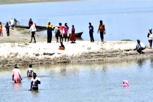 Villagers jump into river to avoid vaccination.