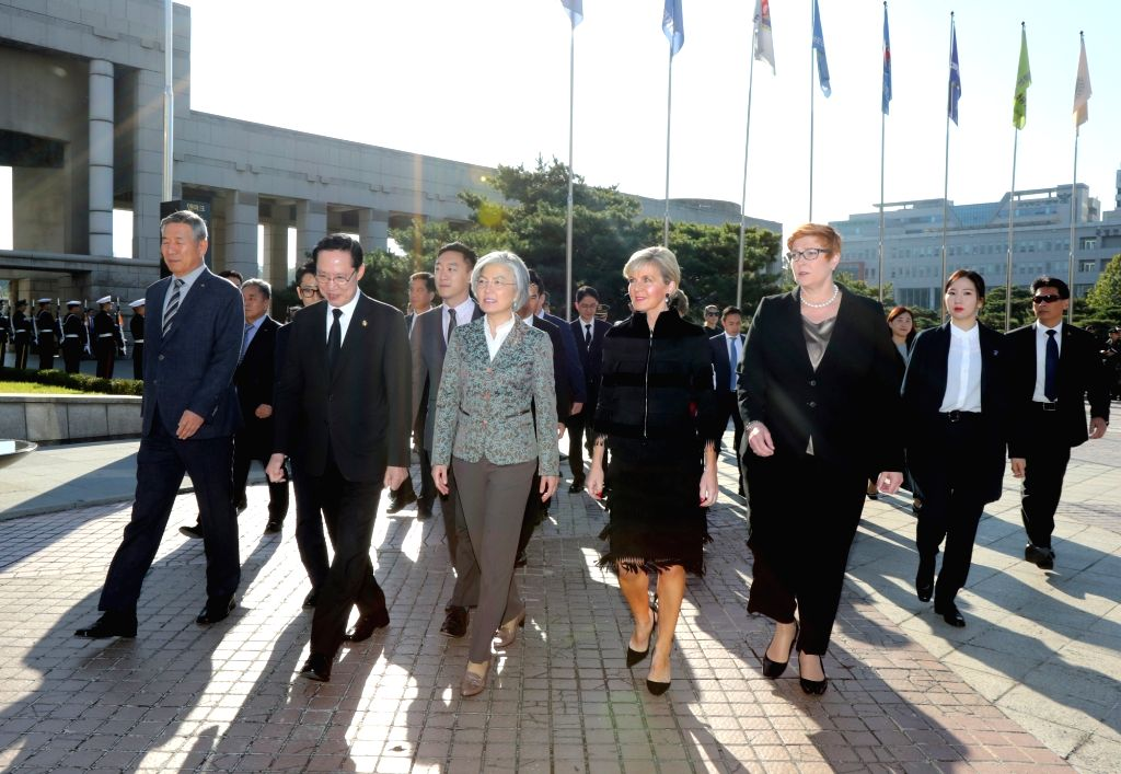 Visiting Australian Foreign Minister Julie Bishop (2nd from R) and Defense Minister Marise Payne (R), escorted by South Korean Foreign Minister Kang Kyung-wha (C), arrive at the War Memorial ... - Julie Bishop