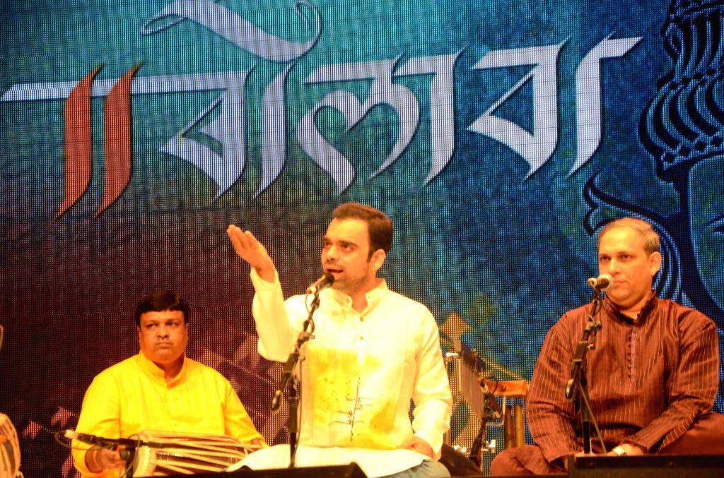 "Vocalist Rahul Deshpande (C) performs during ""Bolava Vitthal"" dedicated to late classical vocalist Ganasaraswati Kishori Amonkar in Mumbai on July 4, 2017. Also seen vocalist Anand ... - Rahul Deshpande"
