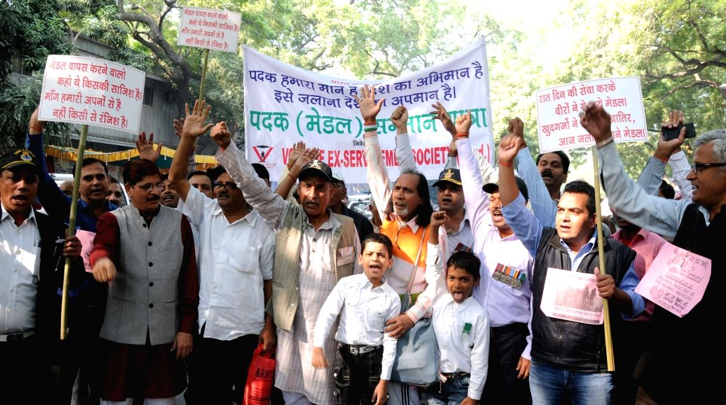 War veterans stage a demonstration against those who returned their awards in New Delhi, on Nov 22, 2015.