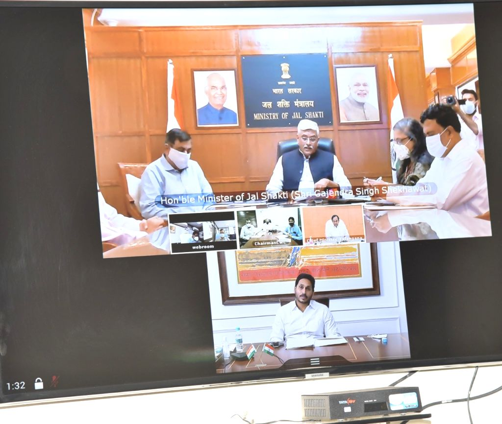 Water dispute: Andhra, Telangana CMs attend apex council meet