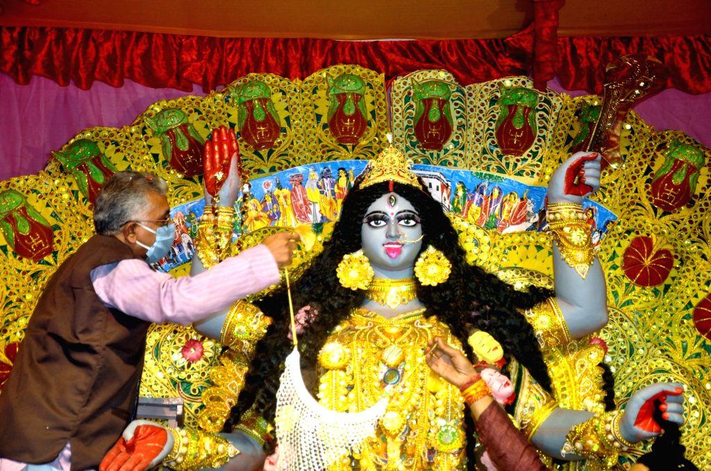 West Bengal BJP President Dilip Ghosh inaugurates Kali Puja celebrations, in Kolkata on Nov 13, 2020. - Dilip Ghosh