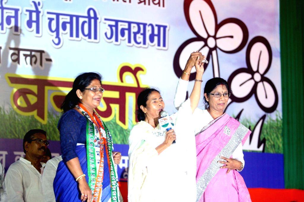 West Bengal Chief Minister and Trinamool Congress supremo Mamata Banerjee addresses during an election rally in Kolkata, on April 16, 2016. - Mamata Banerjee