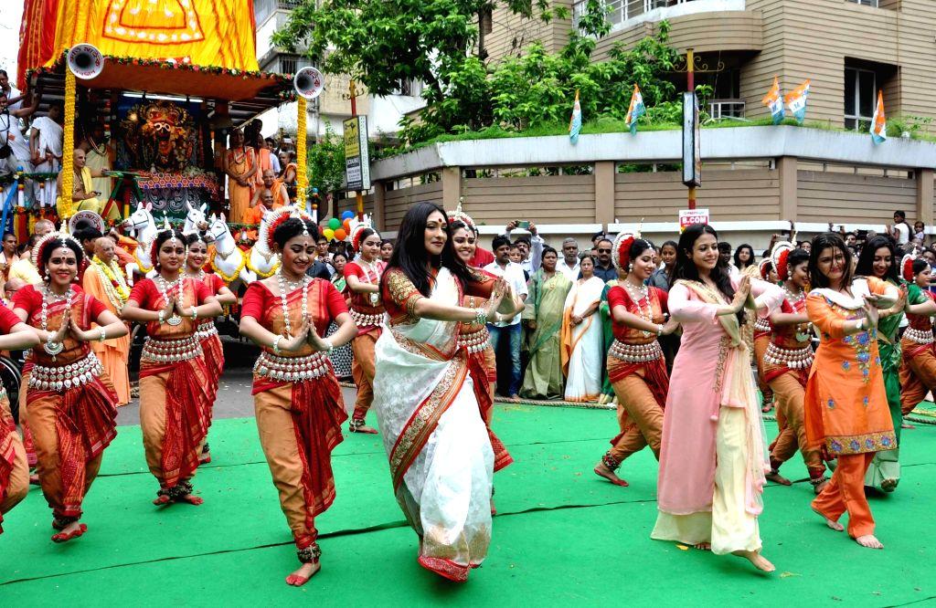 West Bengal Chief Minister Mamata Banerjee, actresses Koel Mallick, Rituparna Sengupta, Srabanti Chatterjee and dancer Dona Ganguly during ISKON Rath Yatra celebration in Kolkata on July 6, ... - Mamata Banerjee, Koel Mallick, Rituparna Sengupta and Srabanti Chatterjee