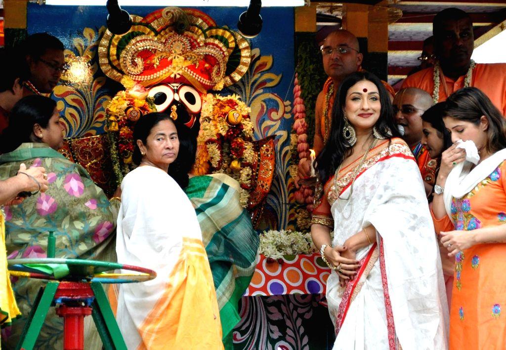 West Bengal Chief Minister Mamata Banerjee, actresses Koel Mallick, Rituparna Sengupta and Srabanti Chatterjee during ISKON Rath Yatra celebration in Kolkata on July 6, 2016. - Mamata Banerjee, Koel Mallick, Rituparna Sengupta and Srabanti Chatterjee
