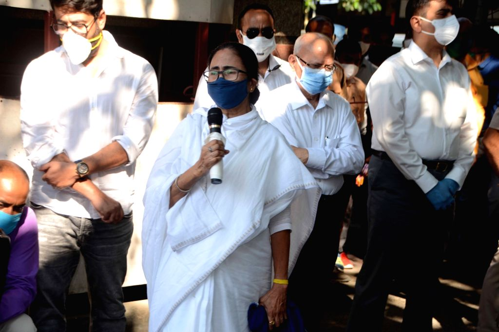 West Bengal Chief Minister Mamata Banerjee along with leaders and actresses gathered at Belle Vue Nursing Home to pay his last homage to eminent actor Soumitra Chatterjee who died today in ... - Mamata Banerjee and Soumitra Chatterjee