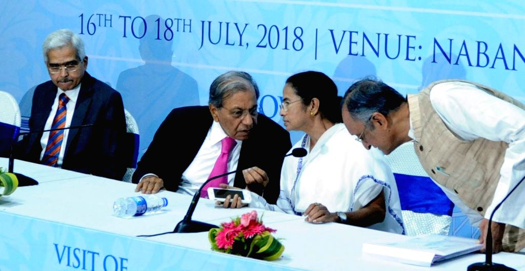 West Bengal Chief Minister Mamata Banerjee and 15th Finance Commission Chairman N.K. Singh during a press conference at Nabanna, in West Bengal's Howrah on July 17, 2018. - Mamata Banerjee and K. Singh