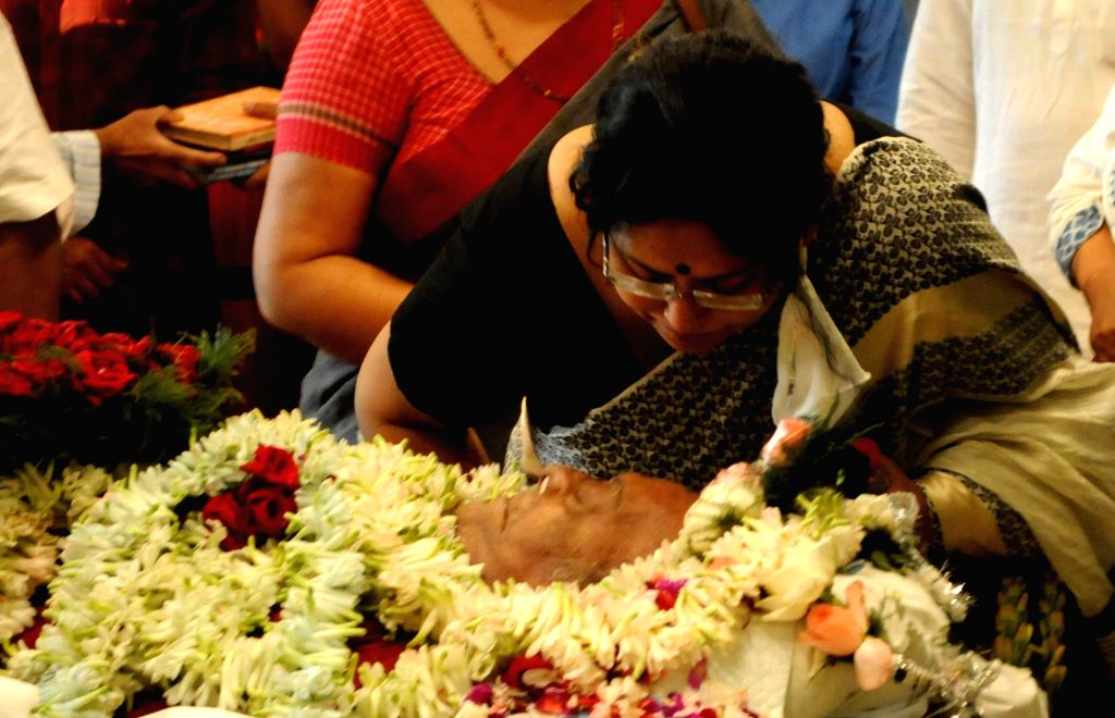West Bengal Chief Minister Mamata Banerjee, Left front Chaiman Biman Bose with other leaders and actresses paying their last homage to eminent actor Soumitra Chatterjee at Rabindra Sadan in ... - Mamata Banerjee, Chaiman Biman Bose and Soumitra Chatterjee
