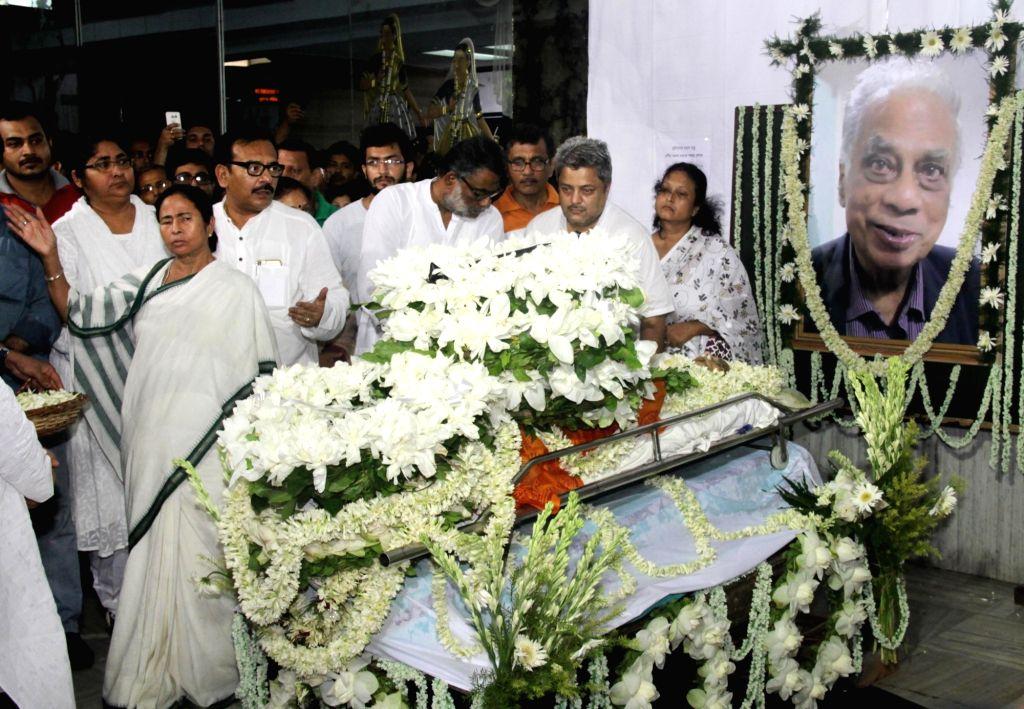 West Bengal Chief Minister Mamata Banerjee pays tribute to former football coach Amal Dutta at Rabindra Sadan In Kolkata on July 11, 2016. - Mamata Banerjee