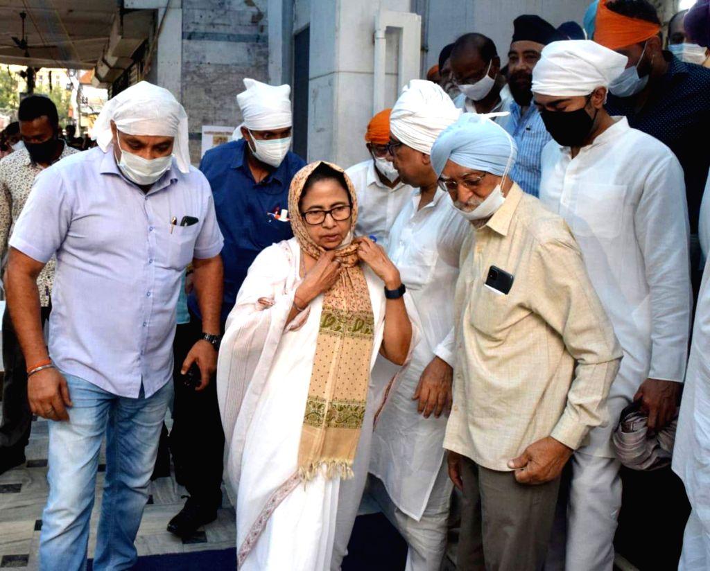 West Bengal Chief Minister Mamata Banerjee with her nephew and MP Abhishek Banerjee offers prayer at a Gurudwara at Bhawanipur in Kolkata on Monday October 04 , 2021. - Mamata Banerjee and Abhishek Banerjee