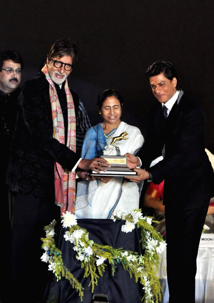 West Bengal Chief Minister Mamata Banerjee with actors Amitabh Bachchan and Shahrukh Khan during 20th Kolkata International Film Festival in Kolkata on Nov 10, 2014. - Mamata Banerjee, Amitabh Bachchan and Shahrukh Khan