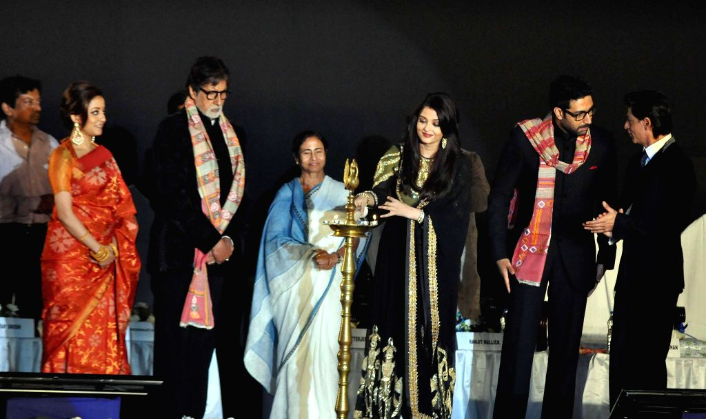 West Bengal Chief Minister Mamata Banerjee with actors Amitabh Bachchan, Shahrukh Khan, Raima Sen, Abhishek Bachchan and Aishwarya Rai Bachchan during 20th Kolkata International Film Festival in ... - Mamata Banerjee, Amitabh Bachchan, Shahrukh Khan, Raima Sen, Abhishek Bachchan and Aishwarya Rai Bachchan