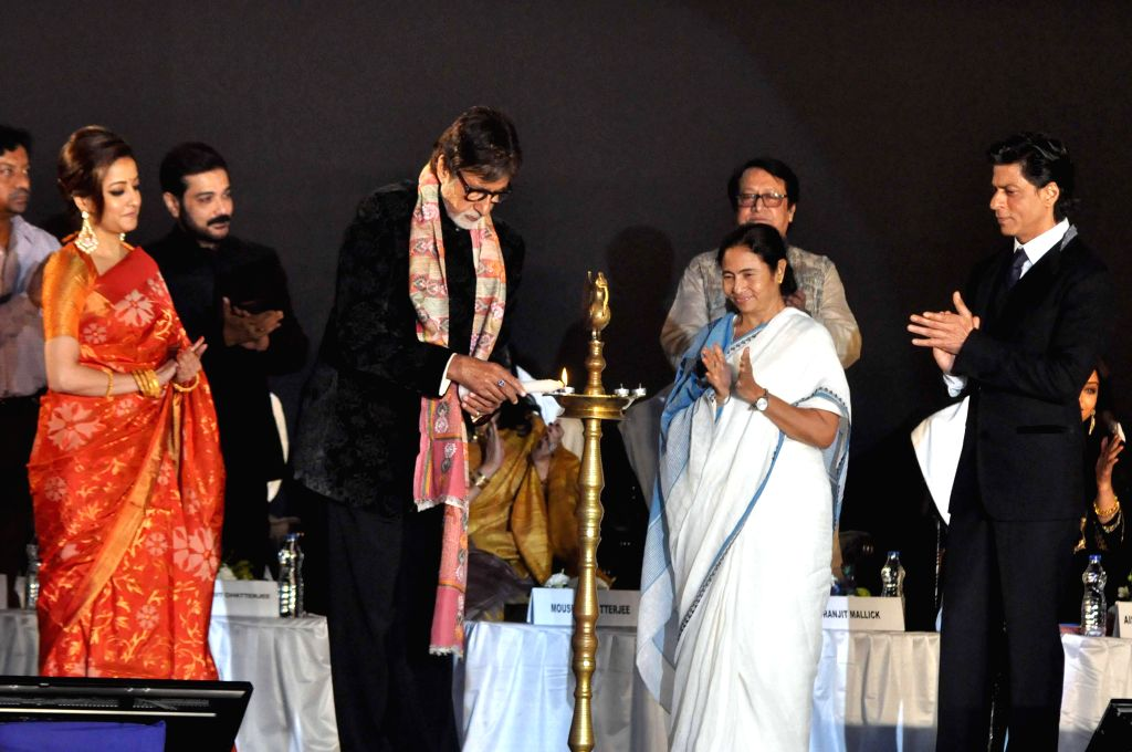West Bengal Chief Minister Mamata Banerjee with actors Amitabh Bachchan, Shahrukh Khan, Raima Sen, Prosenjit Chatterjee, and Ranjit Mallick during 20th Kolkata International Film Festival in Kolkata . - Mamata Banerjee, Amitabh Bachchan, Shahrukh Khan, Raima Sen and Prosenjit Chatterjee