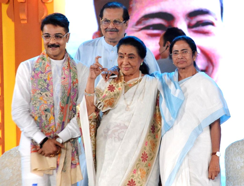West Bengal Chief Minister Mamata Banerjee with singer Asha Bhosle and actor Prosenjit Chatterjee during a programme organised to confer 'Banga Bibhusan' award on Bhosle in Kolkata, on ... - Mamata Banerjee, Asha Bhosle and Prosenjit Chatterjee