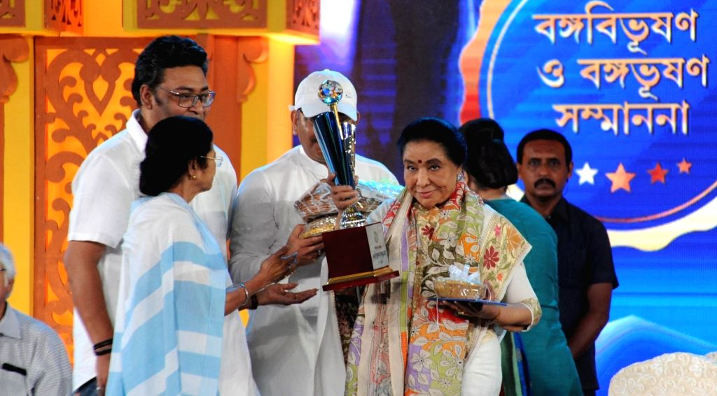West Bengal Chief Minister Mamata Banerjee with singer Asha Bhosle during a programme organised to confer 'Banga Bibhusan' award on Bhosle in Kolkata, on May 21, 2018. - Mamata Banerjee and Asha Bhosle