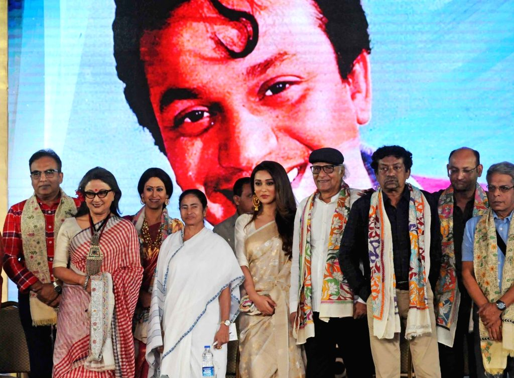 West Bengal Chief Minister Mamata Banerjee with the recipients of Mahanayak Samman -  filmmaker Aparna Sen, actor Paran Bandopadhyay, actresses Mimi Chakrabarty and Indrani Halder, director ... - Mamata Banerjee, Mimi Chakrabarty, Indrani Halder and Goutam Ghosh