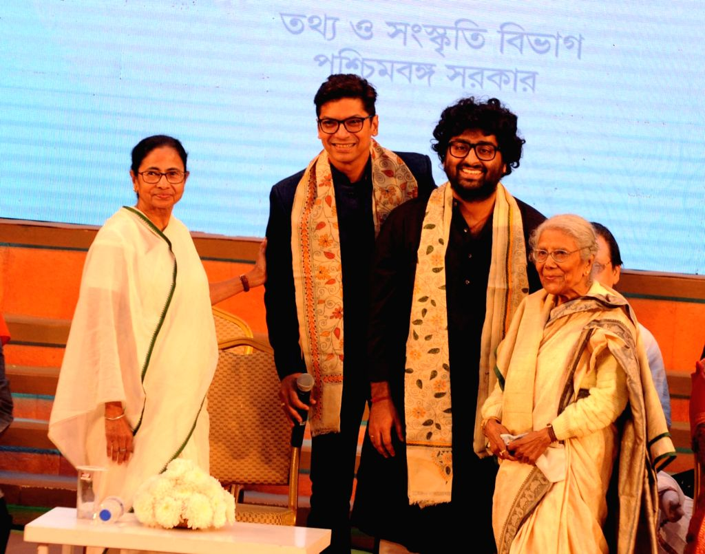 "West Bengal Chief Minister Mamata Banerjee with singers Shan and Arijit Singh at the inauguration of ""Sangeet Mela 2018"" in Kolkata on Dec 14, 2018. - Mamata Banerjee and Arijit Singh"