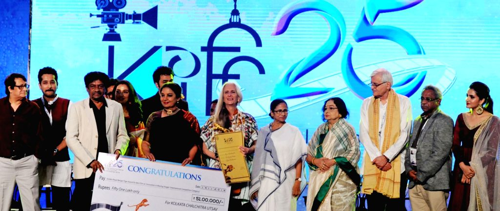 West Bengal Chief Minister Mamata Banerjee with filmmakers Goutam Ghose, Raj Chakraborty and actors Shabana Azmi and Madhabi Mukherjee during the closing ceremony of 25th Kolkata ... - Mamata Banerjee, Shabana Azmi, Madhabi Mukherjee and Chakraborty