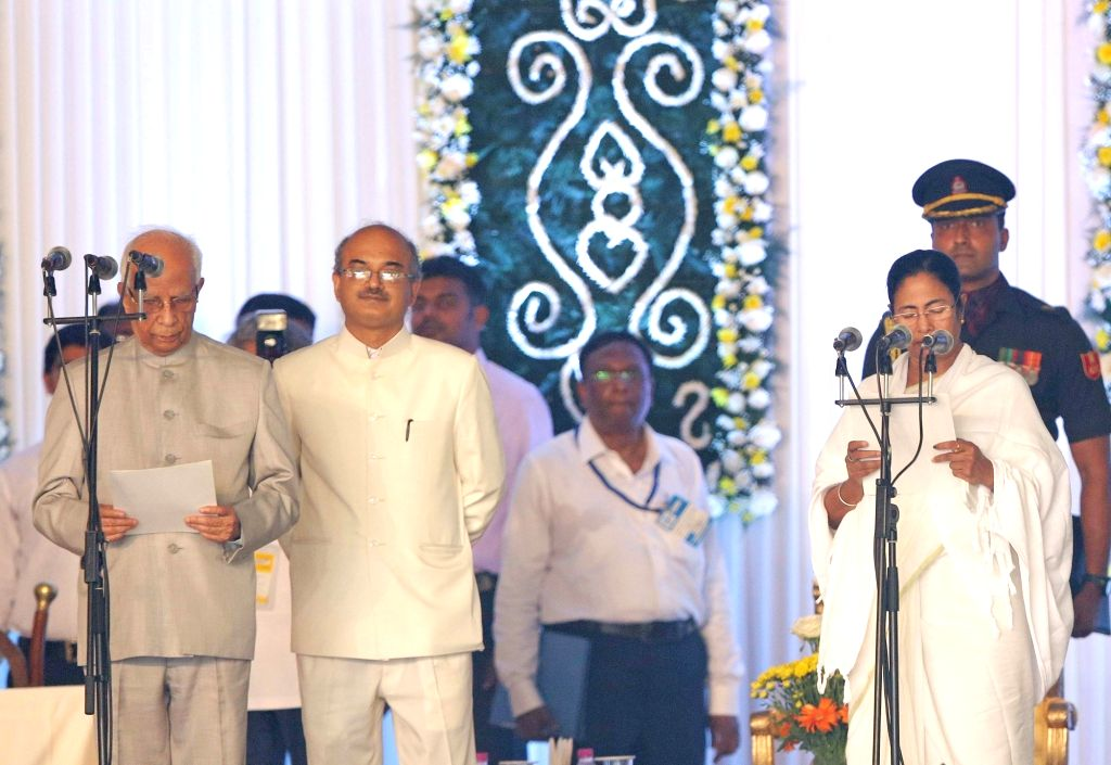 West Bengal Governor Keshari Nath Tripathi administers oath to Trinamool Congress supremo Mamata Banerjee as chief minister of the state in Kolkata, on May 27, 2016. - Keshari Nath Tripathi and Mamata Banerjee