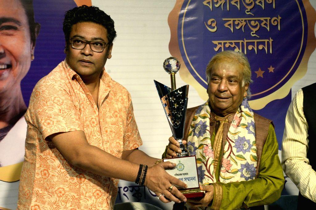 West Bengal Minister Indranil Sen confers Banga Bibhushan award - highest civilian award of West Bengal - on Kathak Maestro Pandit Birju Maharaj, in Kolkata on May 26, 2018. - Indranil Sen